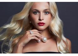 戴着珍珠项链的女人