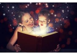 看书的女人和男孩图片
