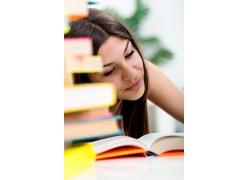 看书的女孩和书本图片