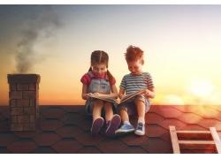 屋顶看书的孩子图片