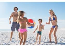沙滩上的一家人