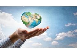 人物与心形地球表面
