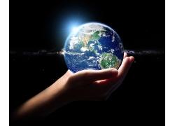 手上地球和阳光