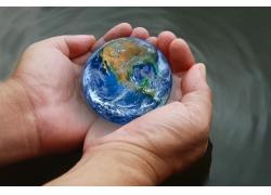 双手捧着的地球