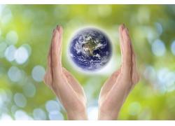 双手中的地球