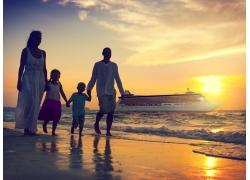 海边一家人和游轮夕阳图片