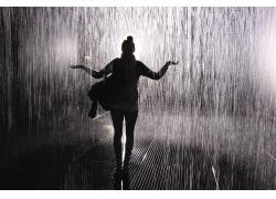 淋雨的女孩图片