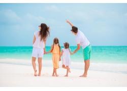沙滩上的一家人图片