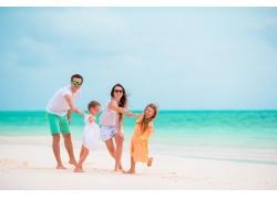 沙滩上玩耍的一家人图片