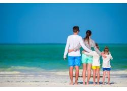 沙滩上的一家人背影图片