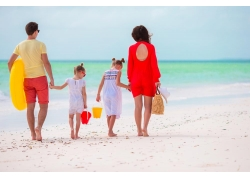 走在沙滩上的一家人背影图片