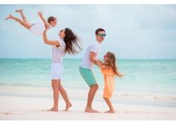 海边快乐的一家人图片