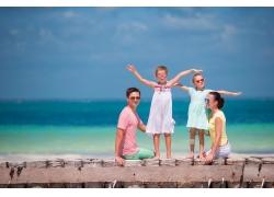 海边木板上的一家人图片