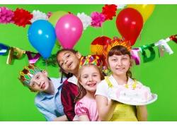 拿着蛋糕和气球的孩子们
