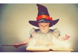 看魔法书的小女孩图片