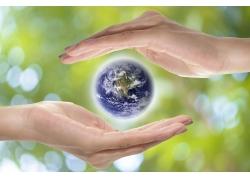 双手间的地球
