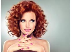 红色卷发的美女
