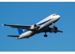 蓝天飞行的客机