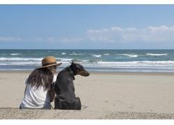 海边女人和狗的背影图片