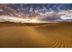 乌云下的沙漠