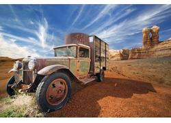荒漠中的汽车