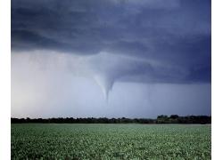 田园风景与龙卷风