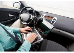 使用笔记本电脑的男人