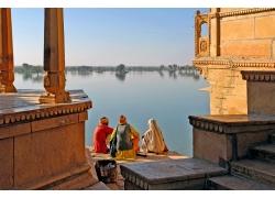 坐在水边的印度人