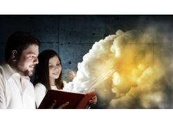书本中的云朵与父女