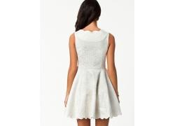 穿白色连衣裙的女人背影