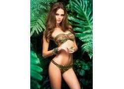 绿叶前的性感三点式美女图片