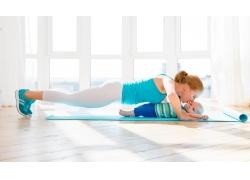 练瑜伽的美女妈妈图片