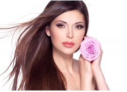 拿着鲜花的美发模特