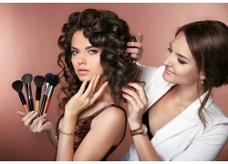 美发造型师与美女