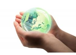 双手捧着的玻璃地球