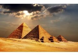 乌云密布下的埃及金字塔