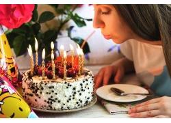 外国美女和生日蛋糕