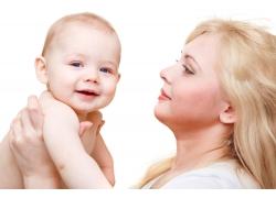 抱着婴儿的女人图片