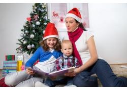 看书的妈妈和孩子图片