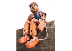 坐在木板上的木偶