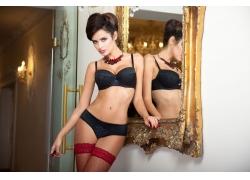 镜子边的黑色内衣美女