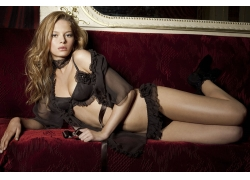 沙发上的黑色内衣美女