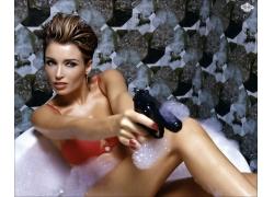 浴缸里拿手枪的女人