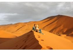 沙漠上的情侣