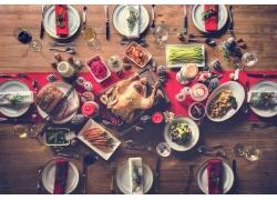 餐桌上的烤鸡与美食