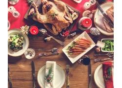 桌子上的烤鸡美食