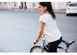 骑车的外国美女