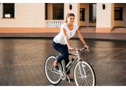 骑车的欧美女性