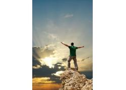 拥抱自然的登山男人图片