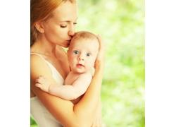抱孩子的女人图片